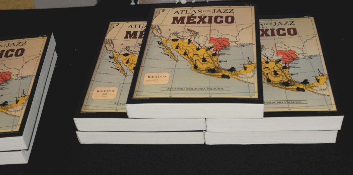Ejemplares del Atlas del Jazz en México (2016) de Antonio Malacara, durante su presentación en la Sala Manuel M. Ponce del Palacio de Bellas Artes. Foto: Secretaría de Cultura.